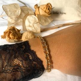 ⭐Collection Capsule Couture⭐ J'adore la finesse du Bracelet Lexa, un délicat travail de crochet. Il fera partie de vos favoris de cette nouvelle saison. ○ ○ ○ #mylittlebijou #bijoux#bijouxpersonnalises #bijoudecreateur #creatrice#bijouxfemme #braceletsfemme #stackingbracelets #bracelet #atelierboutiqueaix #aixenprovence #aixmaville #aixencommerce #createurdusud #madeinfrance
