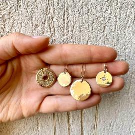 Passion Médailles. J'adore les médailles, de toutes formes, lisses, martelées, rondes, irrégulières... J'aime les mixer, les superposer... Et vous, avez vous des médailles fétiches ? ♡♡♡♡♡#mylittlebijou #bijouxfantaisie #bijouxpersonnalises #bijoudecreateur #creatrice #bijouxfemme #medailles #bijougravé #collierfemmeplaqueor #atelierboutiqueaix #aixenprovence #aixmaville #aixencommerce #createurdusud #madeinfrance