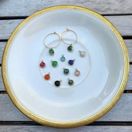 La délicatesse des créoles avec des gouttes serties en plaqué or. L'astuce, vous achetez une paire de créoles avec les pierres d'une couleur et ensuite, vous ne rachetez que les pierres pour changer de couleur en fonction de votre tenue...#mylittlebijou#createurfrancais #bijoupierresnaturelles #boucled'oreillepierrenaturelles #bijouxpierres #bijoutendance2020 #pierresnaturelles #aixenprovence #aixmaville #aixencommerce #lebijoudujour #instabijoux #bohêmechic